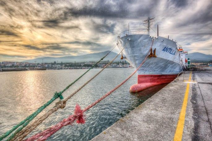 Barco amarrado al atardecer en Puebla del Caramiñal...