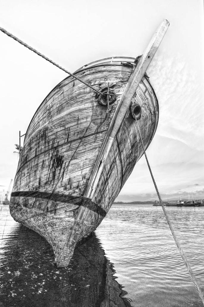 Embejecido y triste, el navio llora sogas de mar...