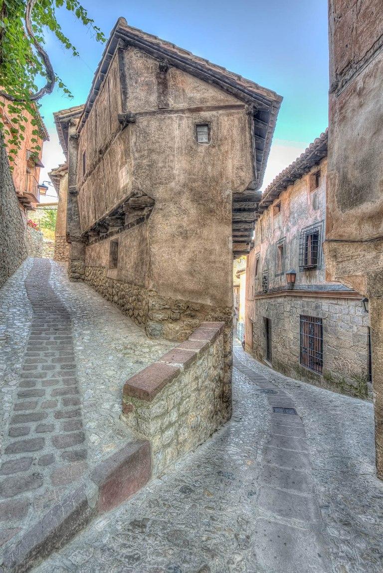Albarracín al suroeste de la provincia de Teruel, es Monumento Nacional desde 1961; posee la Medalla de Oro al mérito en las Bellas Artes de 1996, listada entre los pueblos más bonitos de España y propuesta por la Unesco para ser declarada Patrimonio de la Humanidad por la belleza e importancia de su patrimonio histórico.